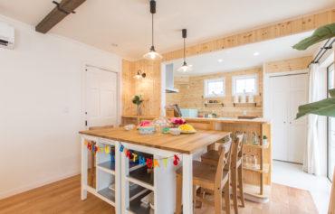 パイン材を使用したナチュラルな風合いの温もり溢れるダイニング・キッチン