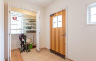 チークの木製玄関ドアと片付けが楽々な玄関収納