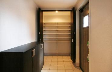 大きな玄関クローゼットのあるシックで上品な玄関