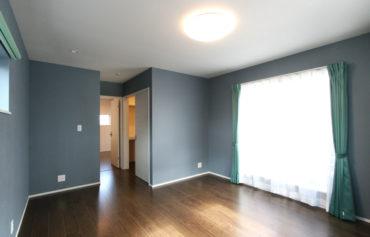 落ち着いたブルカラーを採用したバルコニーに繋がる主寝室