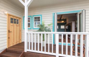 玄関テラスとウッドデッキを兼ねた玄関ポーチ