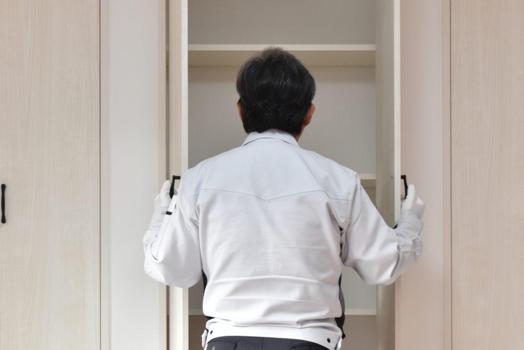 2020年2月6日社内検査一件目にて小上がり和室の収納スペースを検査している様子
