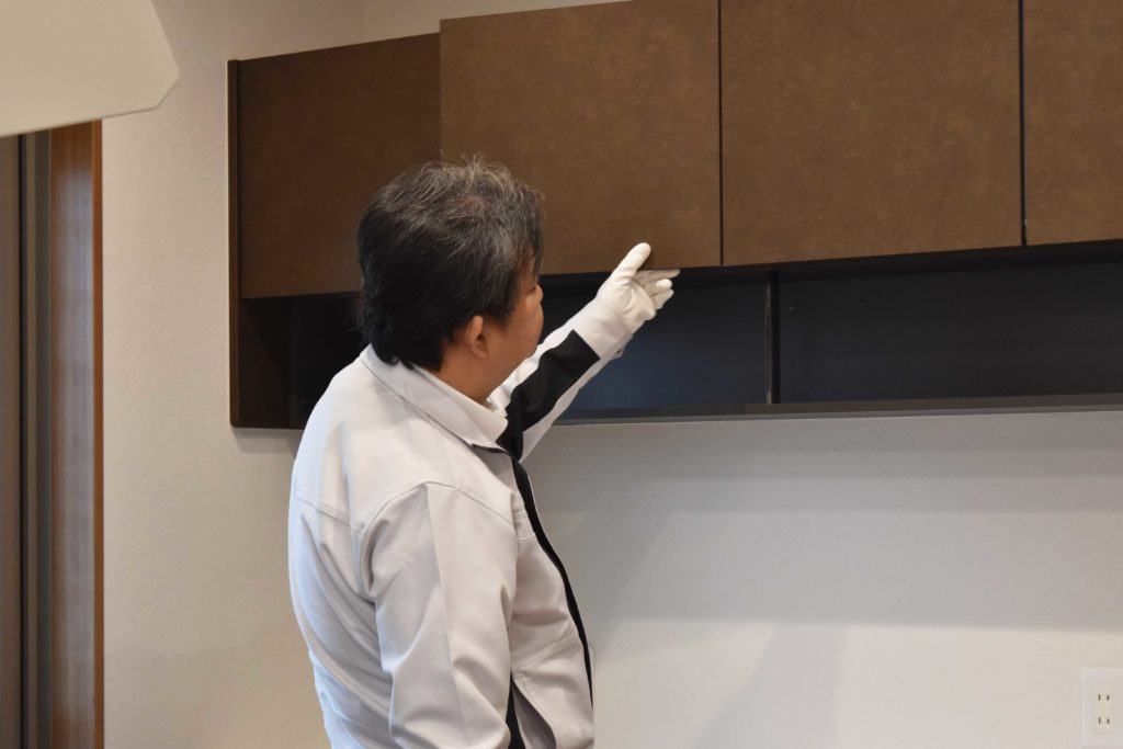 2020年2月10日の社内検査1件目にて親世帯のキッチンをチェックしている様子