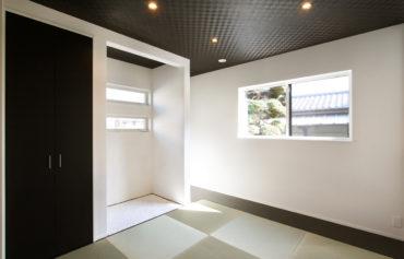 玄関脇に設けた共用のおもてなし空間。子供の遊び場やお客様の寝室などにも最適です♪