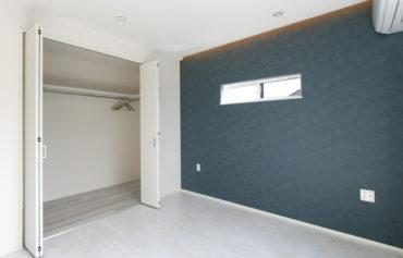 大型ウォークインクローゼットを完備した落ち着いた雰囲気の主寝室。