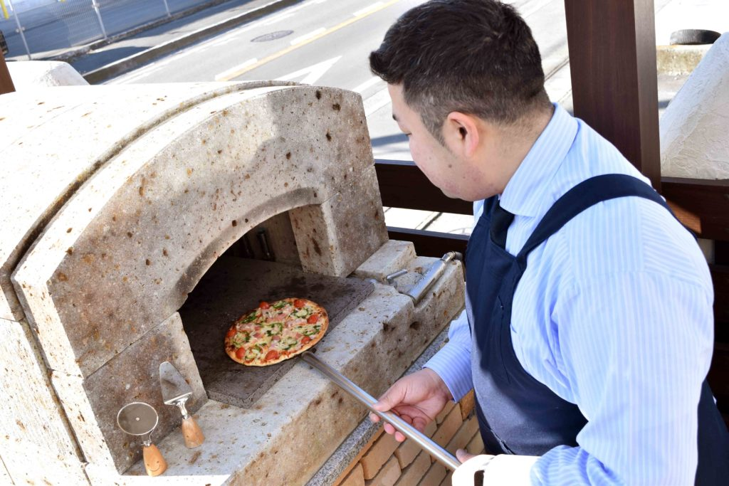 2020年2月11日にピザプライムにて石窯でピザを焼くホームアドバイザーの加藤さん