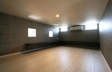 広々カウンターが空間を囲む、大容量の小屋裏収納。