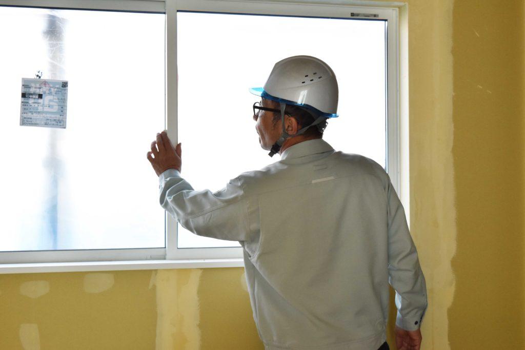 2020年3月12日実施の現場廻り2件目にて設置された窓を確認している様子