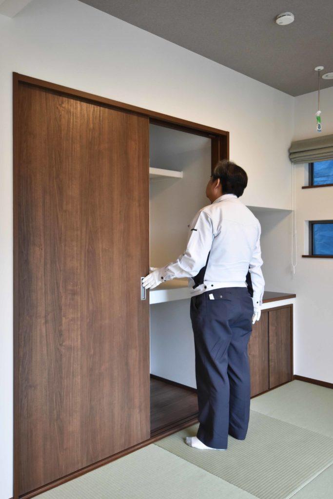 2020年3月17日実施の社内検査にて和室の押入を検査している様子