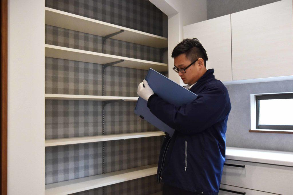 2020年3月17日実施の社内検査にてキッチン横に設えた食品庫を検査している様子