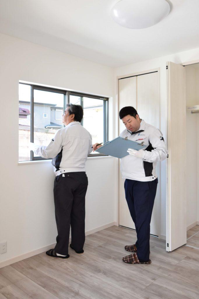 2020年3月24日実施の社内検査1件目にて洋室の窓を確認している様子