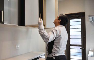 2020年3月24日実施の社内検査2件目にてキッチンの収納スペースをチェックしている様子