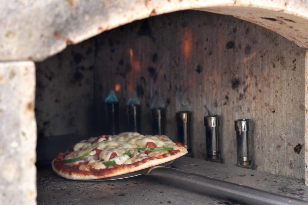 2020年3月21日開催のピザパーティーにて石窯で手作りピザを焼いている様子