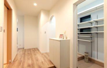 家族用の玄関として利用できる通り抜け可能な玄関クローゼット。