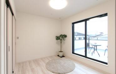 フリースペース⇔洋室⇔バルコニーと快癒でき、多目的に使える嬉しい空間。