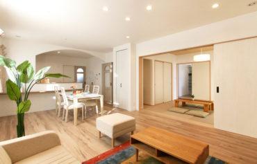 LDKは和室と繋がり、戸を全開にするとリビングとの一体感を楽しむことができます。