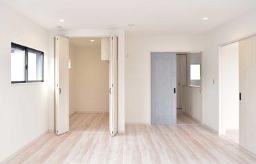 ウォークインクローゼットを完備した快適な洋室。