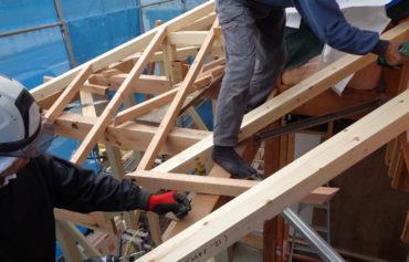 増改築工事にて土台・柱・梁を組んでいる様子