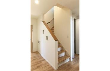 階段の壁にステンドグラスを埋め込み、空間のアクセントに。