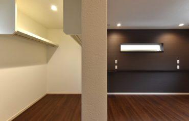 主寝室に併設する大容量のウォークインクローゼット。