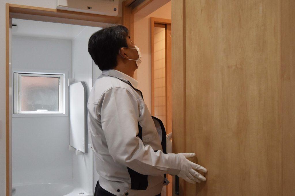 2020年4月23日実施の社内検査2件目にて洗面脱衣室のドアの動作確認をしている様子