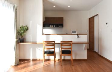 日当たりの良い親世帯のLDK。食事スペースやワークスペースとして使えるカウンターを設置しました。