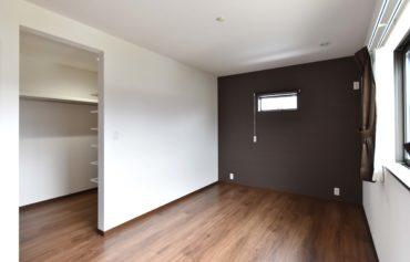 大容量のウォークインクローゼットが併設する快適な主寝室。