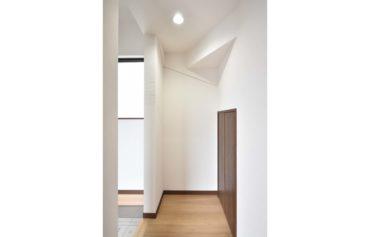 階段下を利用した便利な収納空間。