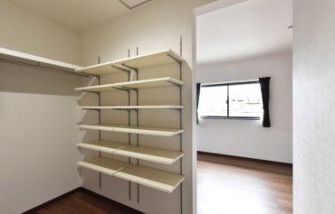 可動式棚を採用したウォークインクローゼット。物の大きさに合わせて幅を調節することが可能です♪