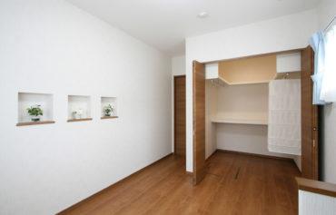 ウォークインクローゼットを完備した親世帯の寝室。部屋をお洒落に魅せるニッチもこだわり。