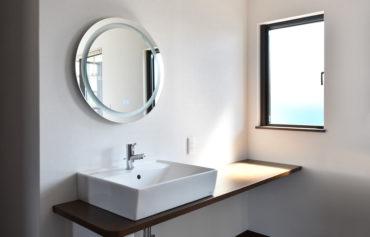二階に設置したシンプルでお洒落な洗面台。