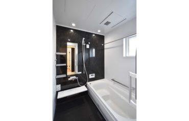 モノクロスタイルのシンプルでお洒落なバスルーム。