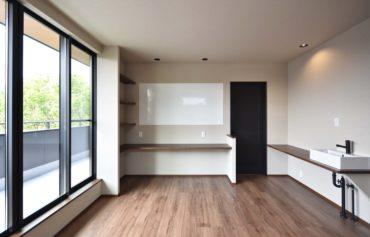 バルコニーと隣接するフリースペース。洗面台やカウンターを設置して快適な空間になりました!