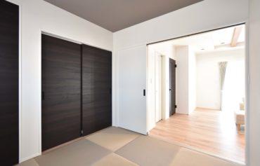 リビングとつながる和室、シンプルでとても居心地の良い空間です。