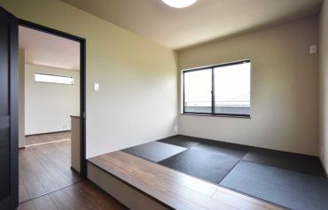 フリースペースと繋がる、憩いの畳コーナー。畳の色合いはブラックにし、落ち着きのあるお洒落な空間に。