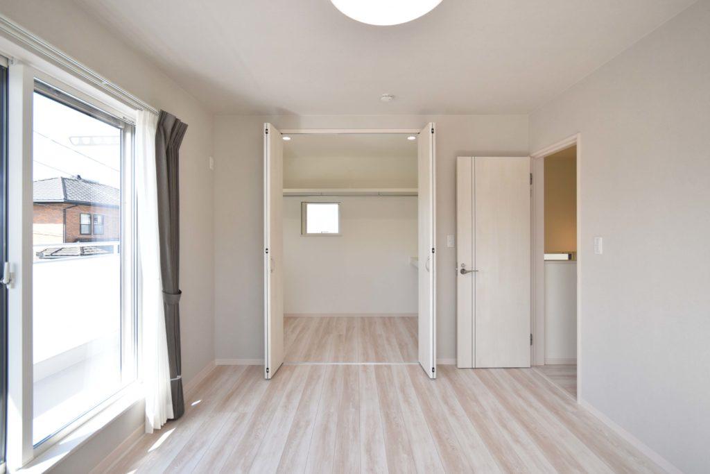2020年5月8日社内検査_収納力のあるウォークインクローゼットとバルコニーのある主寝室