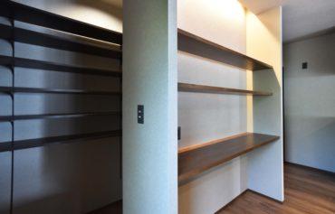 キッチンのカウンター棚の裏側には、食品のストックに便利なパントリーがあります。