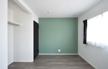 収納スペースを完備した快適な洋室。
