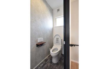 クロスや床がお洒落なこだわりのトイレ。