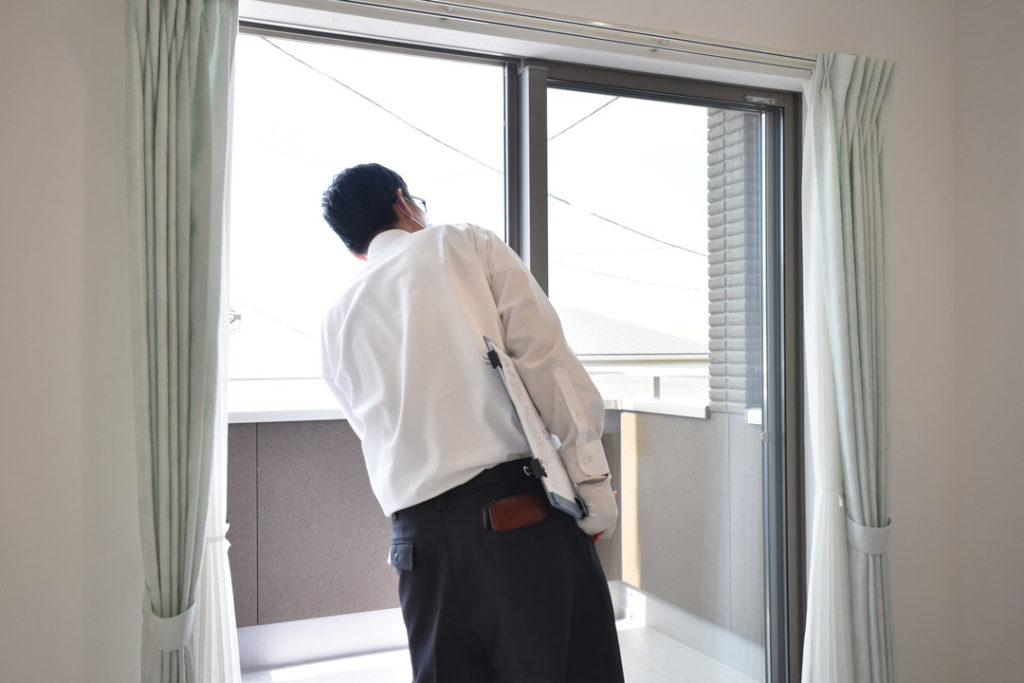 2020年6月28日社内検査_バルコニーの窓の動作確認をしている様子