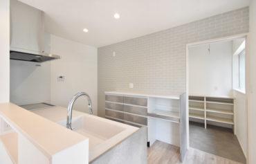 食品等の収納に便利なパントリーが併設!レンガ調のキッチン背面壁も魅力的◎