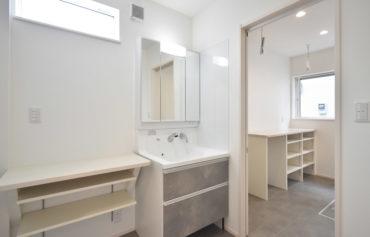 洗面脱衣室と繋がるパントリーは、ランドリースペースとしても活用が可能です!