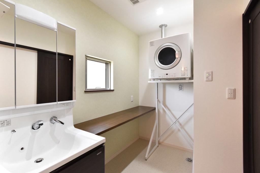 2020年6月28日社内検査_便利な造作カウンターのある洗面脱衣室