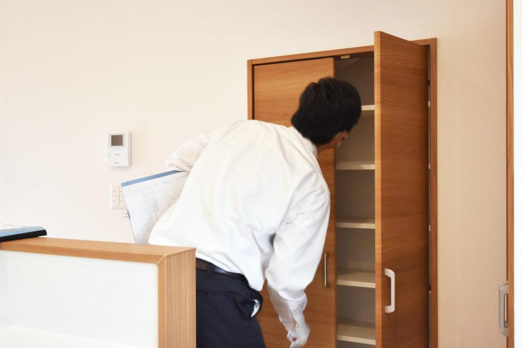 2020年7月17日社内検査_キッチン横にある収納スペースを検査している様子