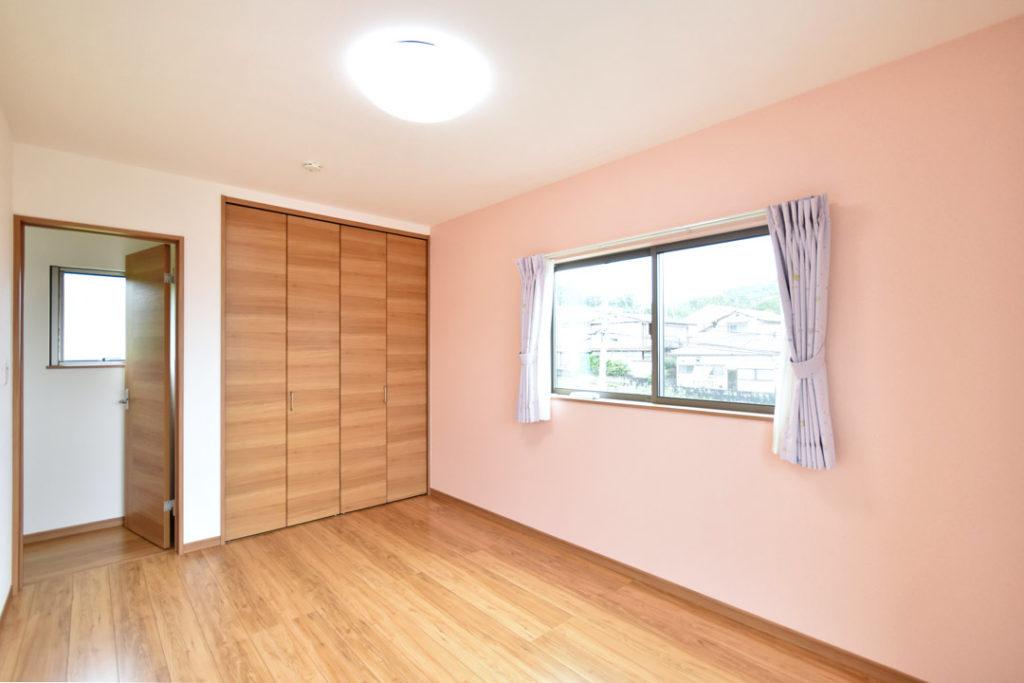 2020年7月17日社内検査_優しいピンク色のアクセントクロスが可愛い洋室