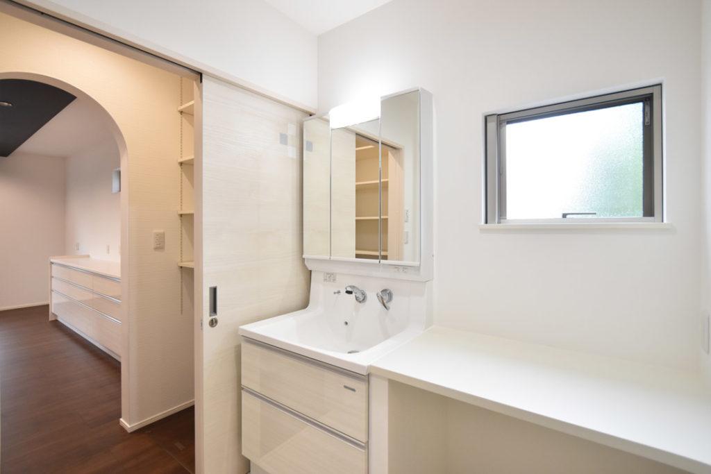 2020年7月17日社内検査_食品庫と隣接する、デスクカウンターのある洗面脱衣室
