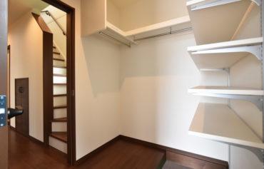 玄関と繋がる玄関クローゼット。片付けをしながら室内に上がることができるので、とっても便利♪