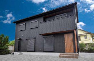 外壁とシャッターはブラックに!統一感のあるお洒落でカッコイイ新築住宅です。