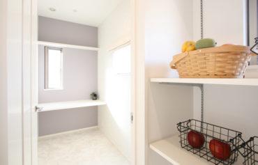 キッチンと奥様のマイルームに繋がる食品庫。食品や生活用品などの収納にとっても便利♪