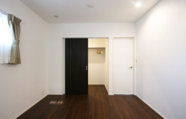 ご夫婦の洋室は、床をダークブランにして落ち着いた空間を演出!